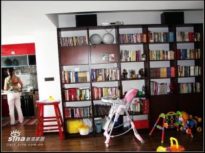 东面是个大型书架,上面那两个音箱有点难看,但音质没话说(原装皇冠滴而且有点年纪了)