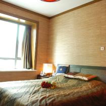 因为业主夫妇的年龄关系,所以在风格塑造上更强调稳重与大气,不会像对待年轻人的卧室那样装点得花枝招展,木纹墙纸配上泰丝靠垫,颇具东南亚风情。
