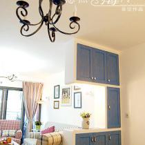 鞋柜也是屏风,同样秉承低调的气质,一盏新的白色吊灯,被涂鸦成了破旧的蓝黑色