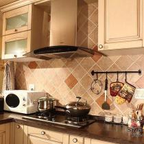 过道拍厨房,自己拍的水平一般般呐,厨房很大吧?