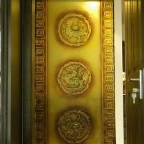 卧室通往客厅的走廊,对面是一块玻璃,上面是浮雕