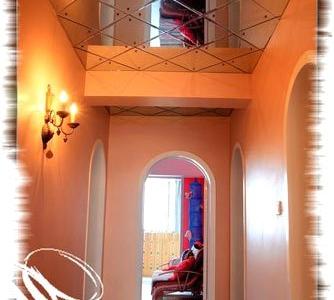 带大家去我家的走廊,很喜欢这个走廊上面的镜子顶,因为我们这里没有卖BDST灯的地方,我家走廊上BDST壁灯是武汉的MM 转给我的,她家正好多一个 我正好又非常的喜欢双头的这个壁灯价格很便宜 真的很感谢。