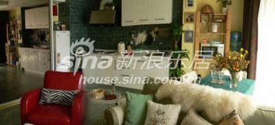 沙发背自然分割了会客区和用餐区,倾斜的电视墙使得空间显得活泼,侧面还可做为悬关。