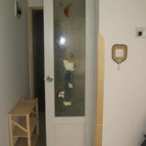 这是卫生间的卡通门,磨砂玻璃绘画,白天不用开灯就很亮。