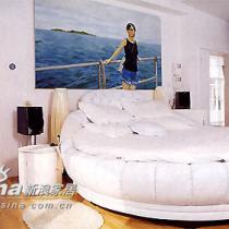 主人圆形的大床,很有戏剧效果