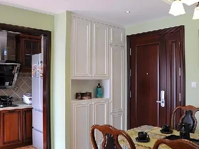 古典的家具在这个环境中显得很高雅,客户从欧洲带回来的装饰品让空间提气不少。