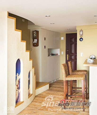 于楼梯下方空间设计两个弧形造型窗户,并镶嵌大图输出的希腊风景图,蓝白色的配搭,恰与一旁的藤编高脚椅相呼应,巧妙融合两国的自然悠闲风情