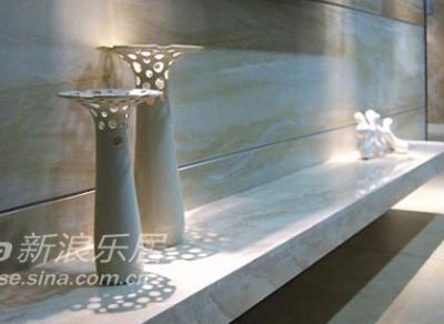 米色、白色的陶瓷小品在客厅中增加生动感,大小的细节对比让生活更加的富有情趣