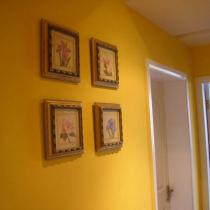 过道一面墙,所有的画都是 5 年前在虹桥友谊商城买的,上一套房子搬来滴