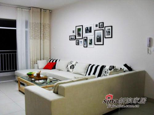 客厅。屋子里的很多家具都是网购的,连这套麻布沙发也不例外,只用2700元,便宜又实用。而沙发背后原来素净的墙面在挂上了照片之后也显得丰满许多。