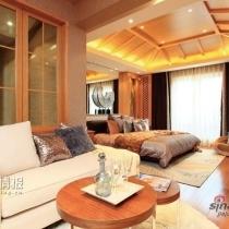因别墅三层的尖顶构造,设计师用木质吊顶加以协调,空间看起来敞亮,富有立体感。地毯及木质座椅的配合,也增添了些许的清新,感觉到自然舒适的氛围。
