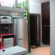 开始看厨房喽!偶的冰箱和洗衣机。洗衣机是旧的,如果新换一个银色的滚筒,那更漂亮