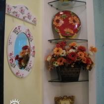 鞋柜上面的展示架和大门口墙上的小镜子