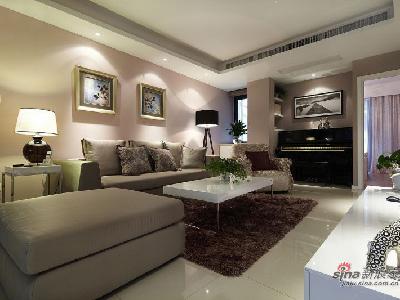 木质家具与彩色玻璃吊灯相得益彰。马塞克和玻璃花瓶也装饰于空间中。鲜花和绿色的植物也是很好的点缀。