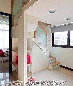 楼梯下方转角处采以全开放式设计,让屋主取物时更加便利