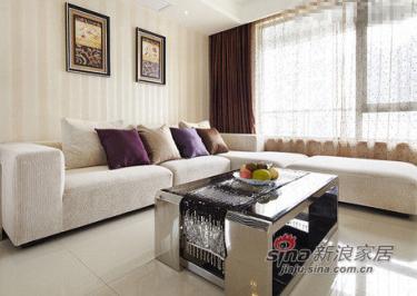 通过客厅整体的色调和家具搭配来营造大气的感觉。L型的浅色布艺沙发和墙纸、地板颜色接近,让客厅看上去更加明亮。L型3人座配贵妃榻的尺寸也适合三口之家的小家庭。