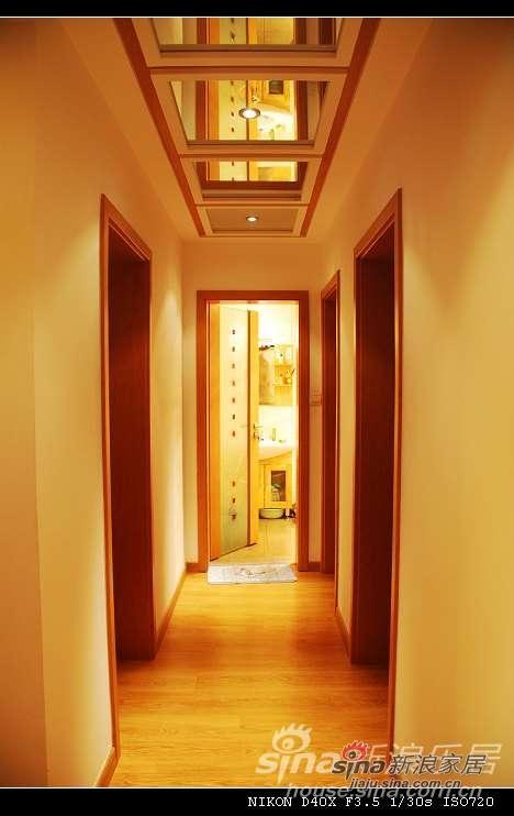 走廊 头顶是3块镜子