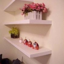 客厅侧墙上的装饰隔板(可以放置一些书、装饰品等)