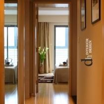走上二楼,南边的次卧室,挑高的门洞格外宽阔