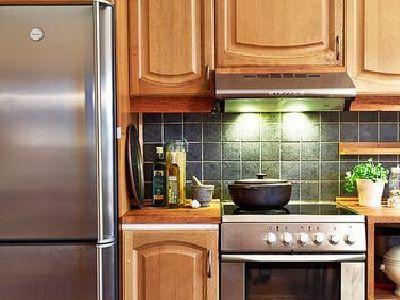 冰箱和柜体荣威一体,给人非常整体的感觉,看起来非常的干净。简欧风格的装修效果,不仅是时尚,更重要的是对美的追求。