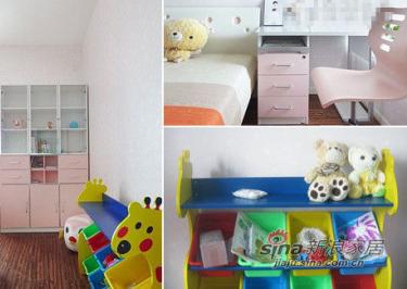 旭妈为女儿设计了一个整体房间。一张1.35米的床+1个床头柜+床垫+书桌和椅子+挂架+三门书柜,一共是1万零几百块,造型可爱,能够吸引宝贝女儿去自己房间睡觉。