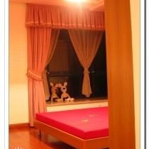 主卧室的,从门口看进去的样子,这张因为闪光灯的缘故有点偏红了。床上用品啥的都还没有放上去,床上面那个大灯也是宜家的,藤编的那个,我妈说像以前捕鱼的篓子
