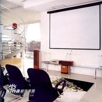 客厅里安排了一个很专业的视听区,俨然一个家庭影院