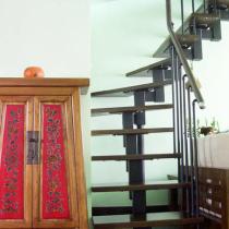 还是从入门处看起吧!鞋柜和楼梯,入门的第一件家具,也代表了我们选择的风格