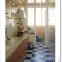 厨房全景...朝北的窗,连着小小的阳台....老旧的橱柜,是心头大恨,地面也不是自己喜欢的颜色...长方形也是一抹蚊子血...本想两年内全部换掉,把墙打通和侧面当餐厅的房间连起来....但....