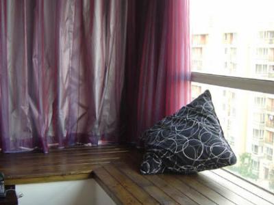 这是卧室的窗台,诶呀,我中意的紫色窗帘啊