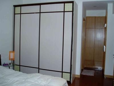 衣柜订的,主卫门口的柜子是利用墙体做的