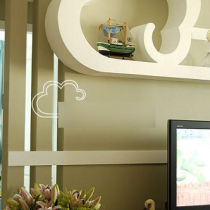 """电视背景墙上也安装了""""浮云""""搁架。"""