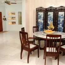 饭厅有着马来西亚的天蓝云石和中国的景泰屏风