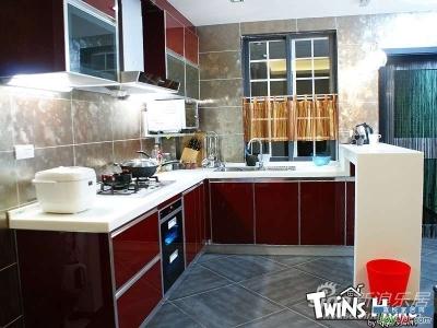 由于厨房餐厅这个位置是个很短的接近正方的长方形,如果分割开,厨房会比较狭窄,餐厅也不宽敞。所以索性就敞开了,可以互借空间,厨房餐厅都显得很宽敞了