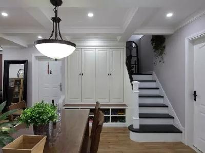 转过来可以看到通往二层的楼梯,与入户门分处衣鞋柜两侧。楼梯端景的镜子和入户门旁边的镜子也是呼应的。