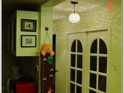 敞开的厨房,客厅餐厅不大,开放厨房应该显得开阔些。玻璃门里是子峻的婴儿房