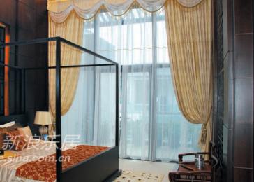 回形窗格的背景墙和天花设计遥相呼应,处处刚硬方正的线条处理,表现出主人的沉稳性格。