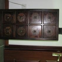 过去的药柜被我当鞋柜用了。