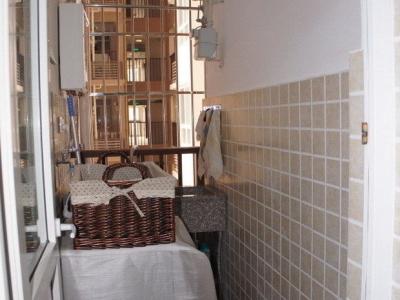 厨房后面的小阳台。不规则的,就是洗洗衣服吧,洗衣机放这里的,很小。