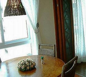 我们的大而古老的餐桌,这张桌子没有接缝,是一颗大树的横切面。是LG的祖上传下来滴。餐厅朝东,偶们每天早餐时都沐浴在阳光里