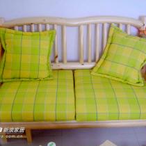 跟床同样风格的小双人沙发