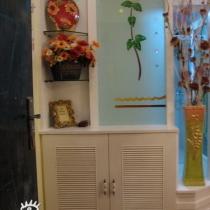 一进大门是鞋柜和玄关造型,鞋柜后面连着一个大储物柜,很实用