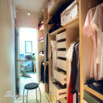 """精心设计的步入式更衣间,让户主众多的衣物有了自己的""""家"""""""