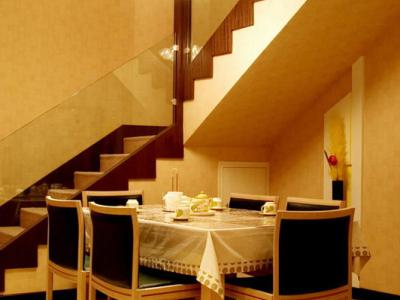 这是饭厅,饭桌是禅意空间的,上面吊灯是光大灯饰的(有37个泡)