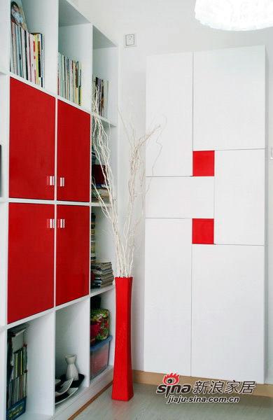 书柜+鞋柜二合一,鞋柜是无拉手设计,中间红块是凹进去的,从门板的侧面能够拉开门