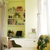 木工设计的弧形书桌,放个手提刚好合适。 上面是简单的三层隔板,放一些随手要用的书和我的一些小玩意