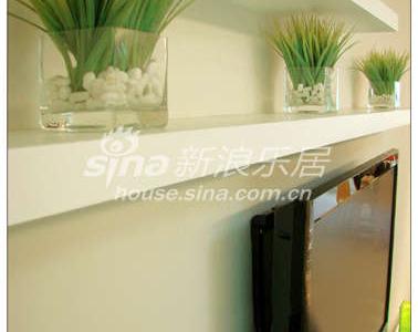 几块白色的木板,随意的搭配,构成了极简的电视背景