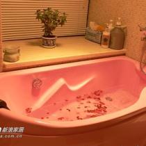 带粉色浴缸的卫生间。我选的粉色浴缸,老公十个不愿意也只能接受了.工作累了ㄧ天回来泡个玫瑰浴,惬意无比.大大的浴柜足够放下我过多的香水和洗浴用品.狭小的面积设计的紧凑整洁而明亮