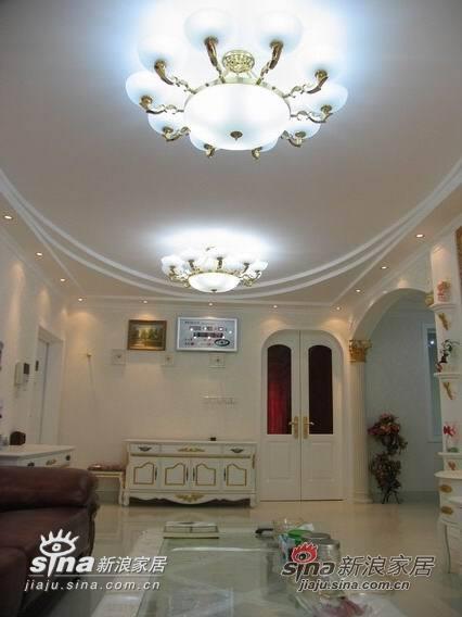 客厅与餐厅自然划分,利用欧式双开门与休息区完全划分