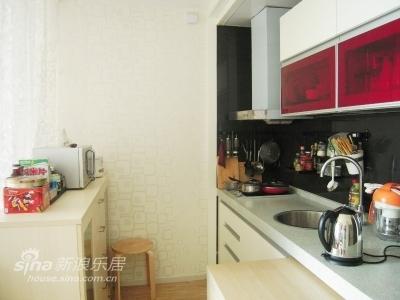 餐柜上,容纳了微波炉、电饭煲。当然,还有必不可少的零食